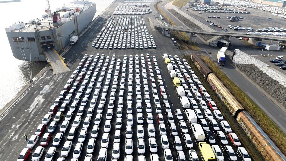 VW-Fahrzeuge in Emden: Die Skepsis mit Blick auf die Konjunktur wächst. Der ZEW-Index ist auf den tiefsten Stand seit August 2012 gefallen