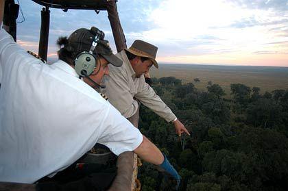 Aufmerksamer Beobachter: David Acton (l.) zeigt seinen Passagieren die Tierwelt