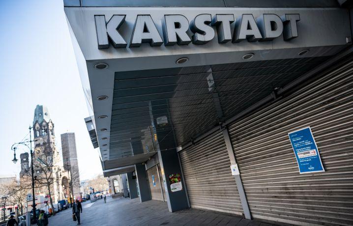 Karstadt-Filiale am Kurfürstendamm: Egal wie groß, alle Geschäfte dürfen wieder öffnen in Deutschland - doch wird der Zugang von Personen im Verhältnis zur Fläche beschränkt.
