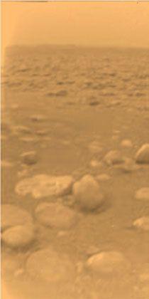 Erstes Farbbild: Oberfläche des Titans erscheint im roten Nebel
