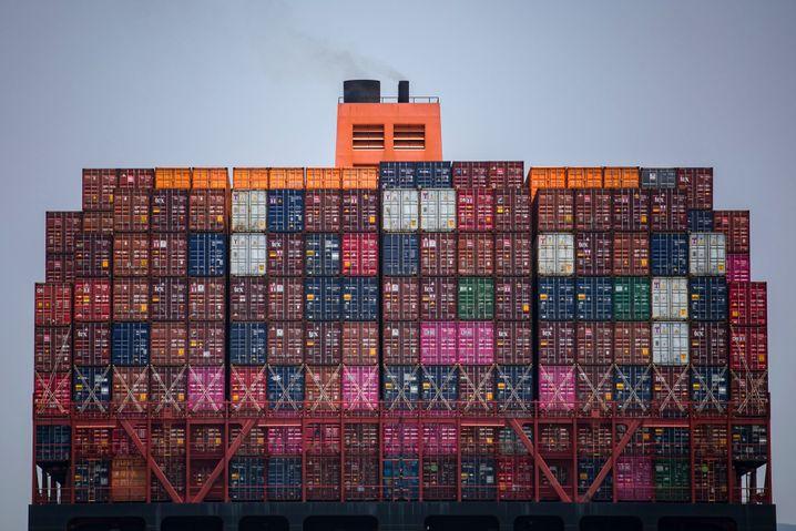Container auf einem Schiff der Reederei Hapag-Lloyd: Das Unternehmen muss im Zuge der Corona-Krise seine Kosten im laufenden Jahr um einen mittleren dreistelligen Millionenbetrag kürzen