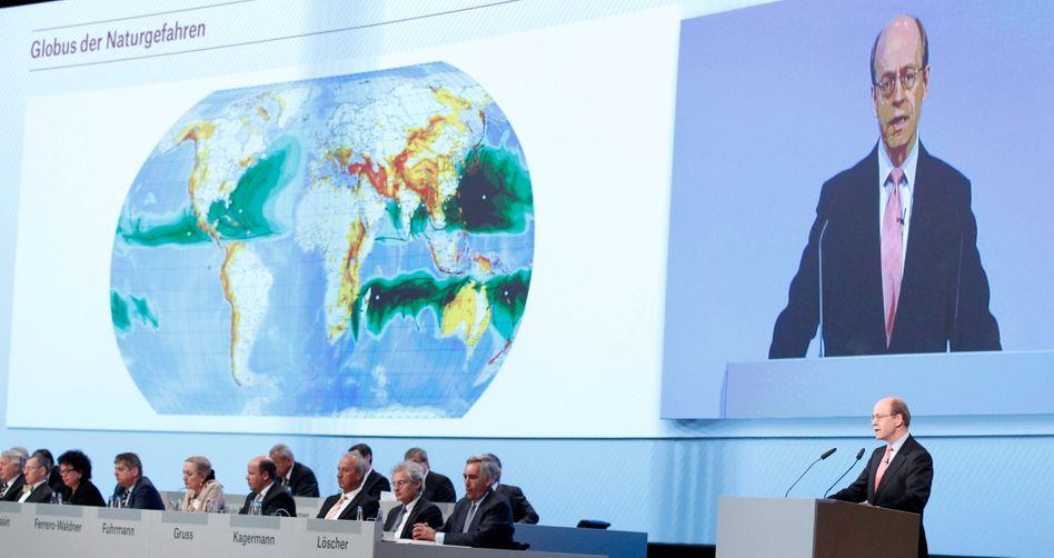 Umstrittener Redebeitrag: Der Vorstandsvorsitzende der Munich Re, Nikolaus von Bomhard (r.), spricht auf der Hauptversammlung am 20. April 2011