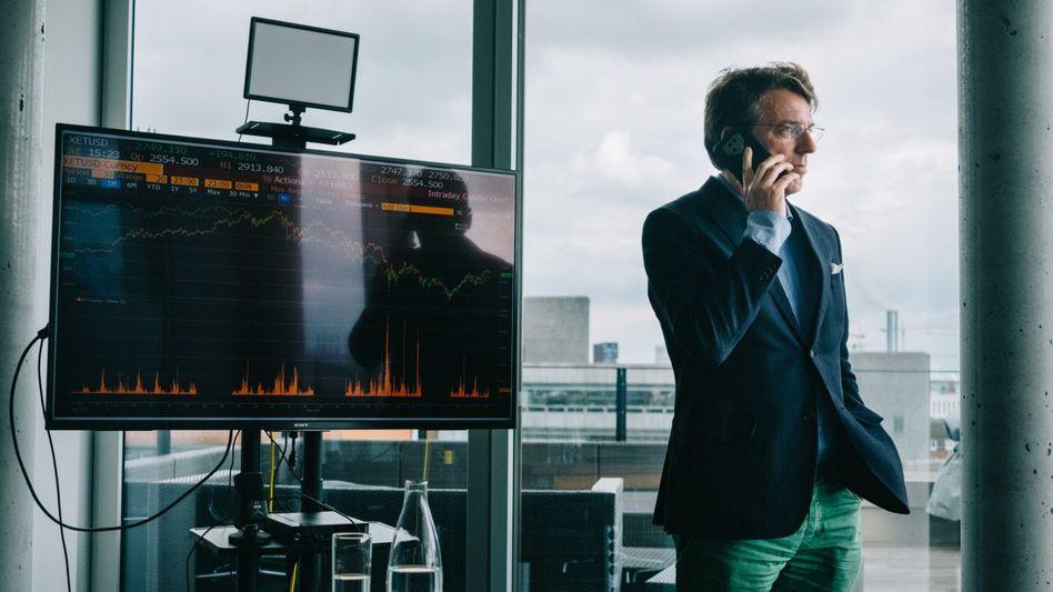 Hört die Signale: Vermögensverwalter Moritz Schildt, hier in seinem Hamburger Büro, investiert in seriöse Kryptoprojekte. Doch am Markt nehmen Betrugsmaschen überhand.