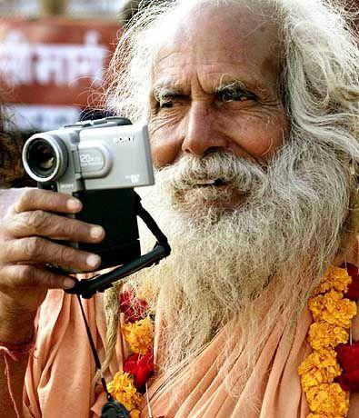 Tradition und Moderne: Hindu mit Digitalkamera