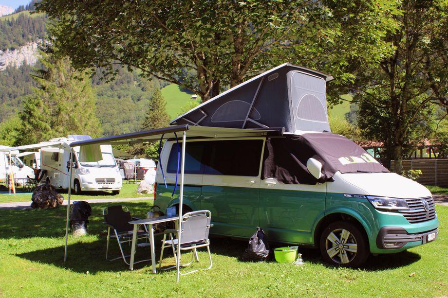 Oft erweitert ein Aufstelldach das Platzangebot beim Campingbus - zum Beispiel für eine Schlafgelegenheit