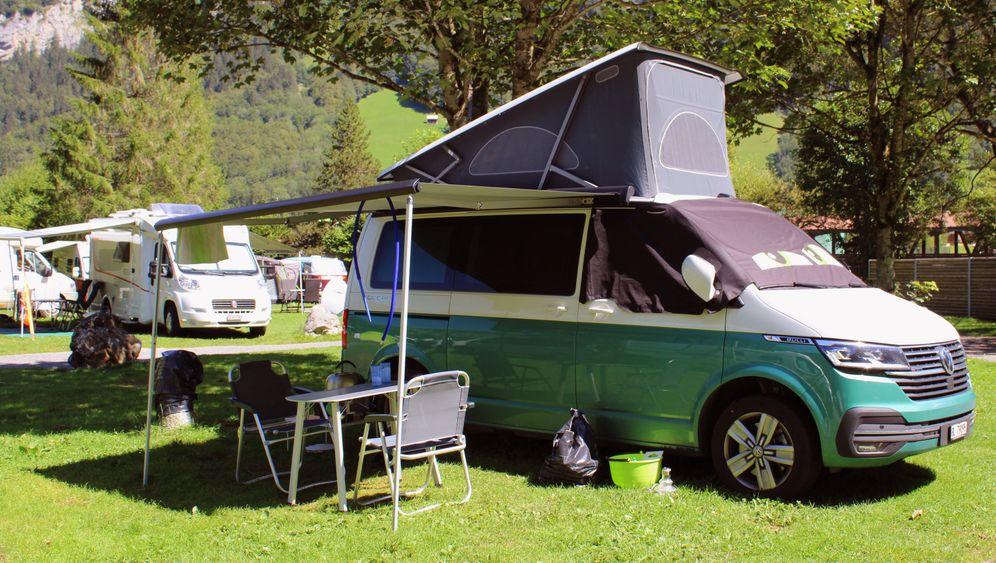 Oft erweitert ein Aufstelldach das Platzangebot beim Campingbus – zum Beispiel für eine Schlafgelegenheit
