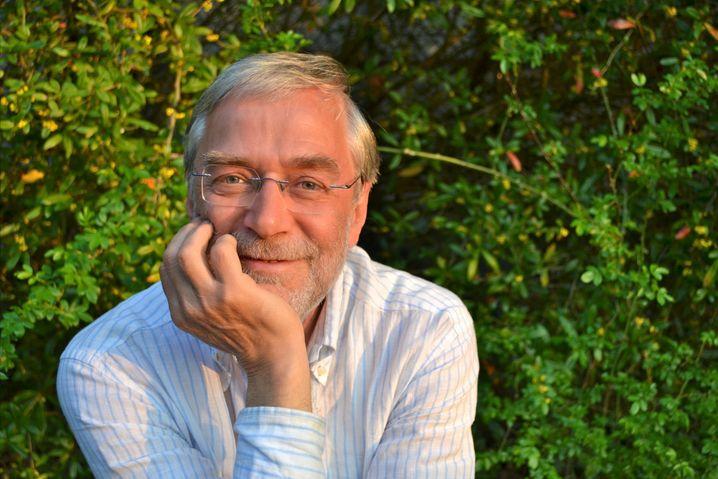 Gerald Hüther (68) ist der bekannteste Hirnforscher in Deutschland. Der Neurobiologe und Bestsellerautor lehrte jahrelang an der Universität Göttingen. Hüther ist Initiator und Vorstand der Akademie für Potenzialentfaltung.