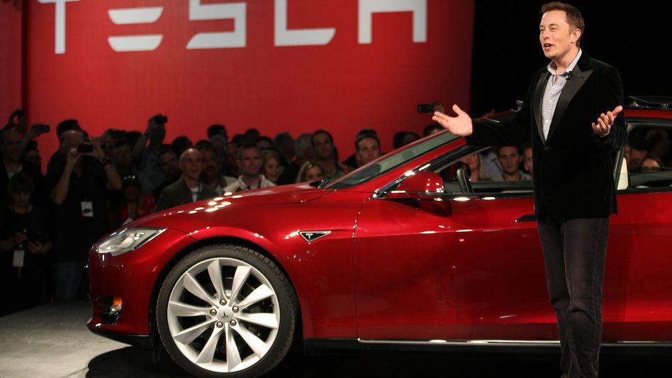 Deutlich weniger Elektroautos in diesem Jahr: Doch den visionären Tesla-Chef ficht das nicht an. Das Modell S und der erwartete Elektro-SUV, das Modell X, sollen ohnehin nur die Vorstufe für ganz Großes sein. Mit einem Massenmodell will Tesla ab 2020 dann jährlich 500.000 Elektroautos absetzen