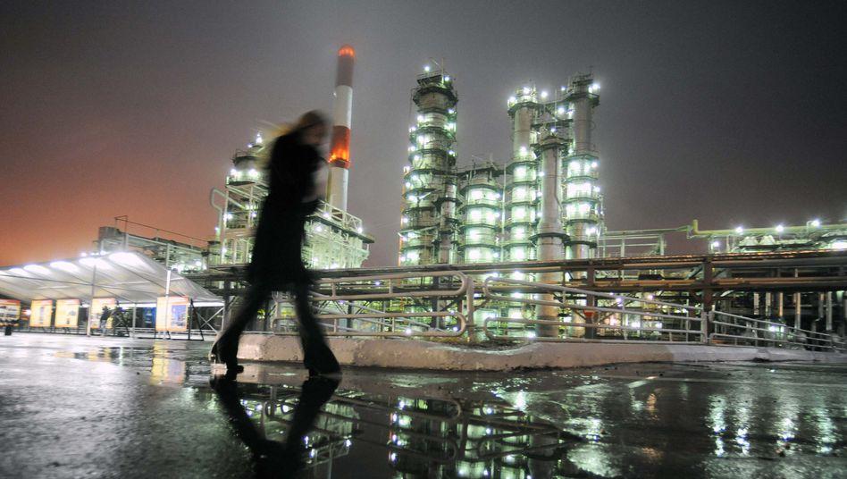 Ölraffinerie im russischen Samara: Russlands Wirtschaft ist extrem abhängig vom Ölpreis. Setzt sich der Preisrutsch fort, dürften neben Russland noch viele Schwellenländer in Schwierigkeiten geraten