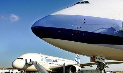 Vergangenheit und Zukunft: Boeing 747 im Vordergrund und Airbus A380