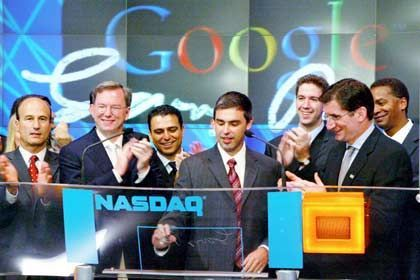 Und plötzlich ging alles gut: Die Google-Gründer Larry Page (mitte) und Eric Schmidt (2.v.l.) feiern den Börsengang am 19. August 2004 an der Nasdaq