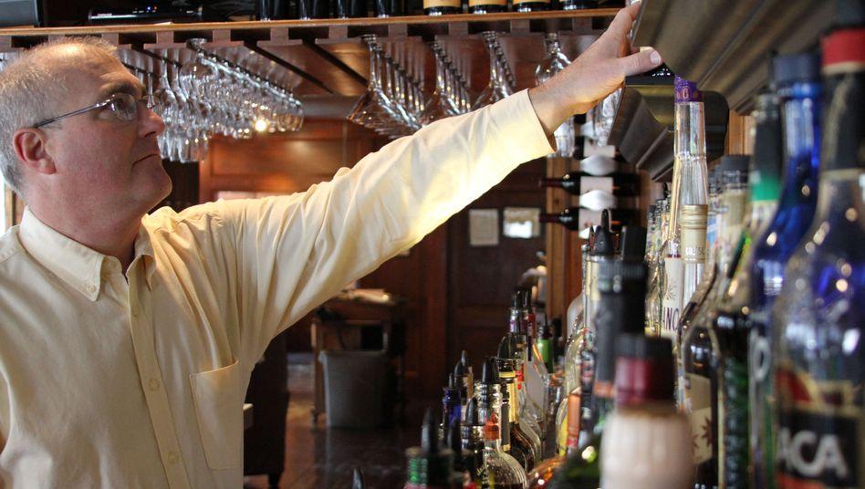 """Mahlzeit gegen Dienstleistung: Peter Troutman serviert in seinem Restaurant bei Cape Cod Mahlzeiten für diejenigen, die ihm innerhalb des Netzwerkes """"New England Trade"""" Dienstleistungen anbieten"""