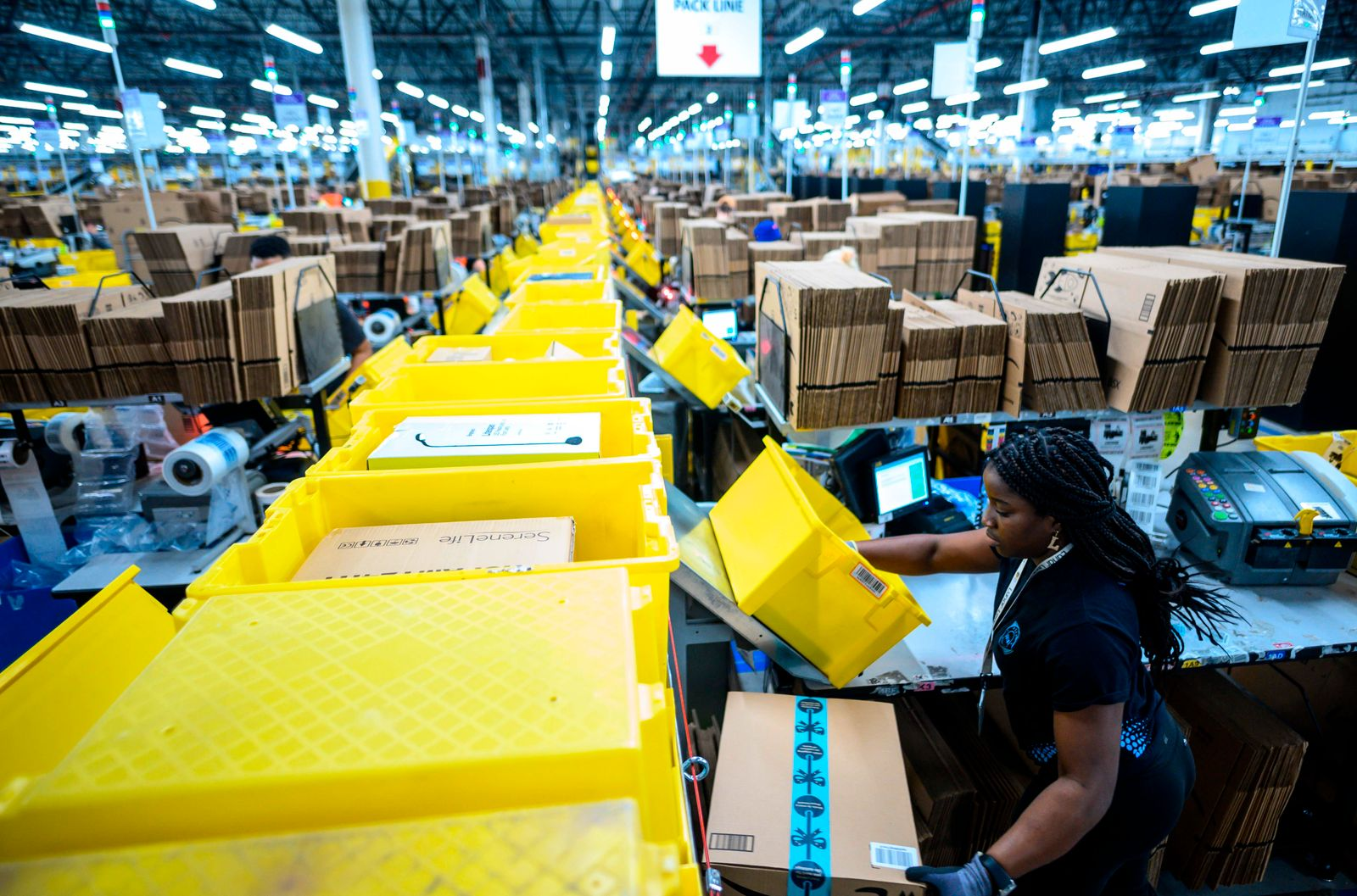 FILES-US-IT-LABOR-LIFESTYLE-AMAZON
