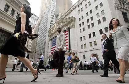 Wall Street: An der New Yorker Börse (im Hintergrund) legten die Aktien am Montag deutlich zu und stützten damit auch den Dax.