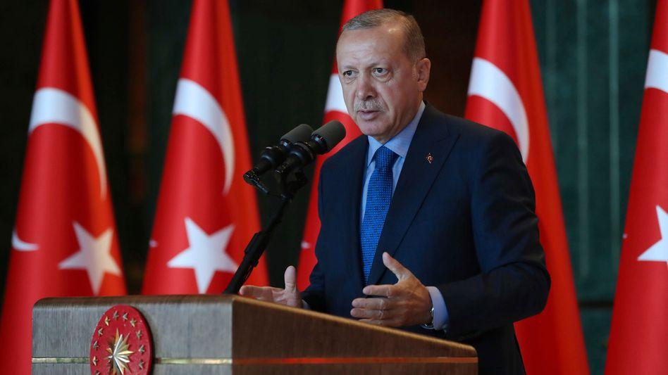 Recep Tayyip Erdogan: Der unnachgiebige Präsident bekommt die Lira-Krise in der Türkei nicht in Griff, greift sie jetzt auf andere Schwellenländer über? Banken-Anleger reagieren sensibel
