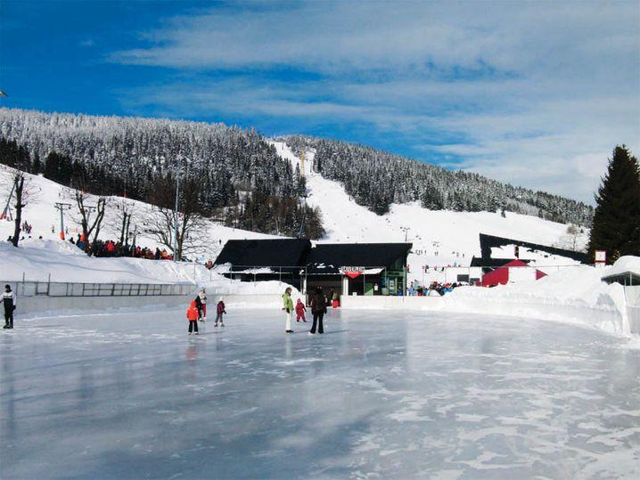 Wintersport geht auch ohne Ski: Auf der Natureisbahn am Haupthang des Skigebiets