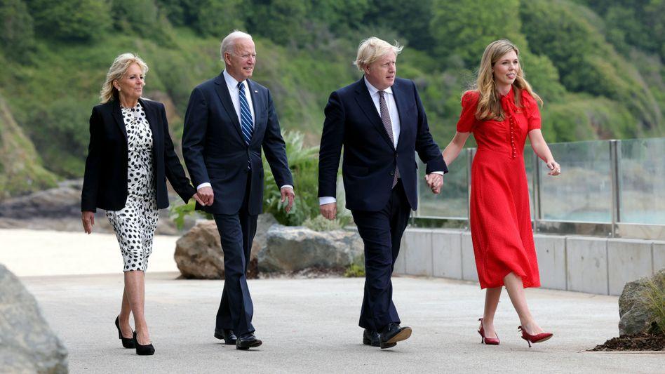 Wollen wieder stärker zusammenarbeiten: Der britische Premier Boris Johnson (2. v. r., mit Ehefrau Carrie Symonds) und US-Präsident Joe Biden (mit First Lady Jill) haben vor dem G7-Treffen eine neue Atlantik-Charta vereinbart