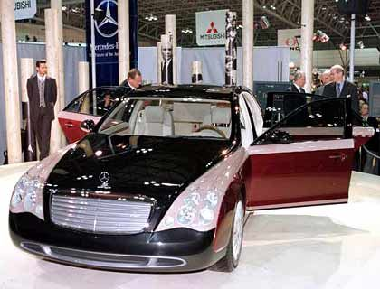 """DaimlerChrysler-Vorstandschef Jürgen Schrempp (2.v.l.) nennt den Maybach """"Die ultimative Chauffeurs-Limousine""""."""