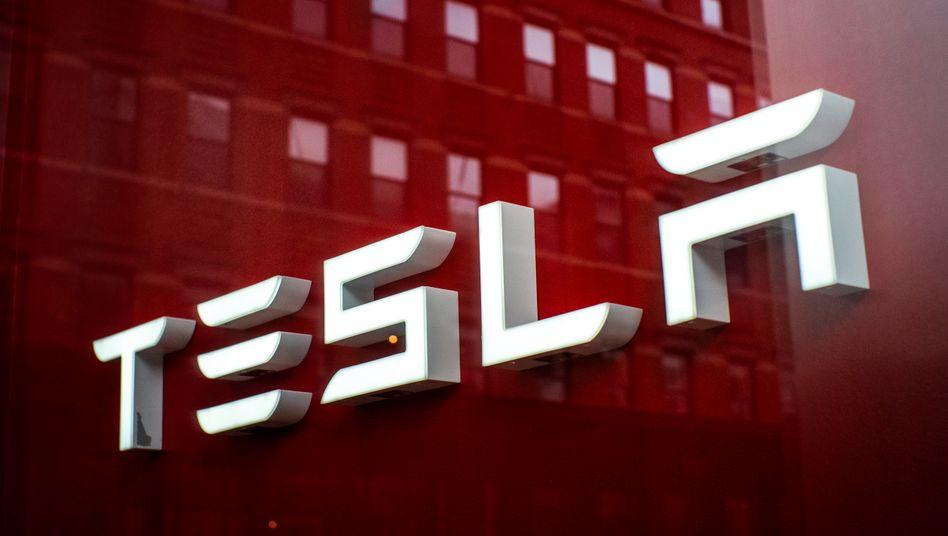 Achtung, Hype: Sobald ein Trend offensichtlich wird, wie etwa bei Tesla, springen zu viele Anleger auf – und verlieren am Ende