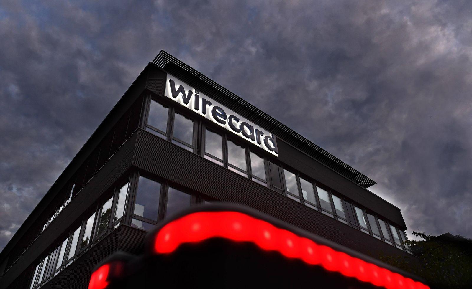 Abendstimmung am Sitz der wirecard AG in Aschheim Dornach. wirecard Logo, Firmenemblem,Schriftzug ,Gebaeude,Headquarter,