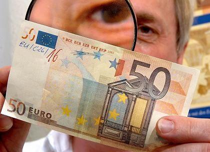 Im Visier: Der Euro steht bei den Währungsexperten der Welt hoch im Kurs - immerhin nimmt er dem Dollar Marktanteile ab. Wichtiger dürfte für die Fachleute aber sein, was am G7-Treffen in Essen am Wochenende für den Yen beschlossen wird.