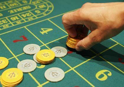 """Eine runde Sache Im Roulettekessel sind 37 Zahlenfelder (0 bis 36). Die Spieler setzen auf Zahlen, von denen sie hoffen, dass sie fallen. Die Setzmöglichkeiten sind vielfältig: Auf eine volle Nummer (""""Plein""""), zwei verbundene Nummern (""""Cheval"""") oder auf eine einfache Chance (etwa """"Even"""", also alle geraden Zahlen). Und viele mehr ... Die Gewinne orientieren sich am Risiko der Einsätze: Bei """"Plein"""" gibt es das 35-fache des gesetzten Geldes, bei """"Cheval"""" das 17-fache, bei """"Even"""" das einfache usw."""