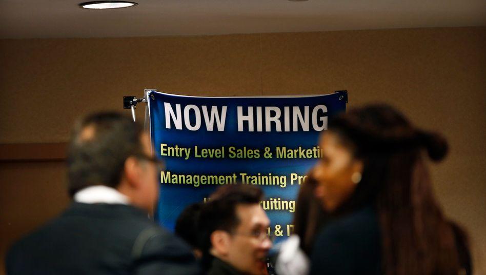 Entspannung: US-Firmen haben bereits im Mai wieder neue Jobs geschaffen. Statt auf die befürchteten 20 Prozent zu steigen, ging die Arbeitslosenquote statt dessen auf 13,3 Prozent zurück