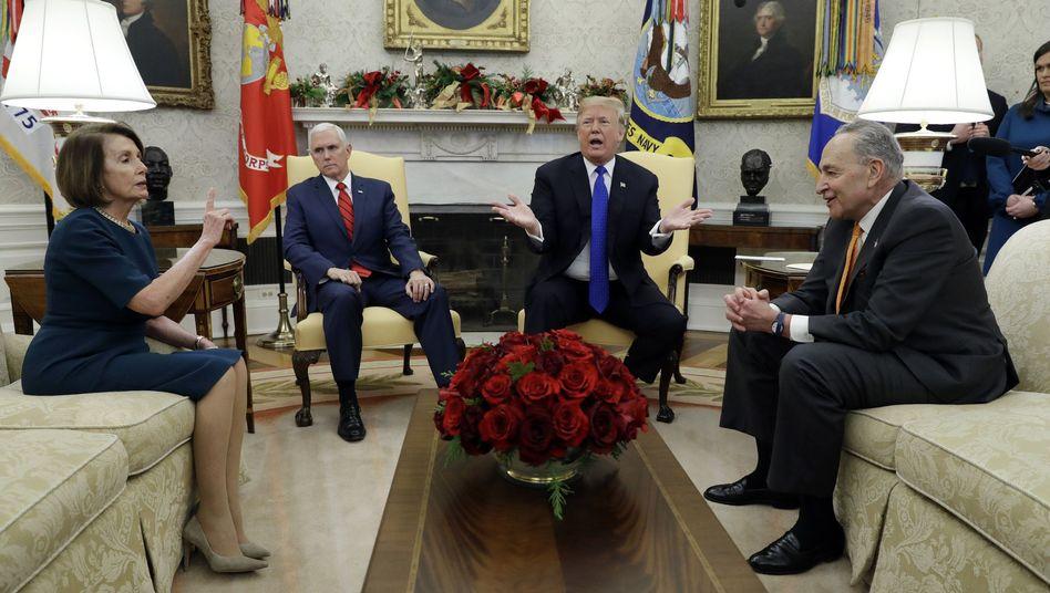 Trump, Pelosi (links): Die Sprecherin des Repräsentantenhauses kann Trump den Auftritt vor dem Kongress verweitern