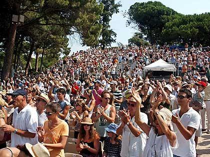 Ausgelassene Stimmung: Die Zuhörer halten es beim Festival von Juan-les-Pins meistens nicht lange auf den Stühlen