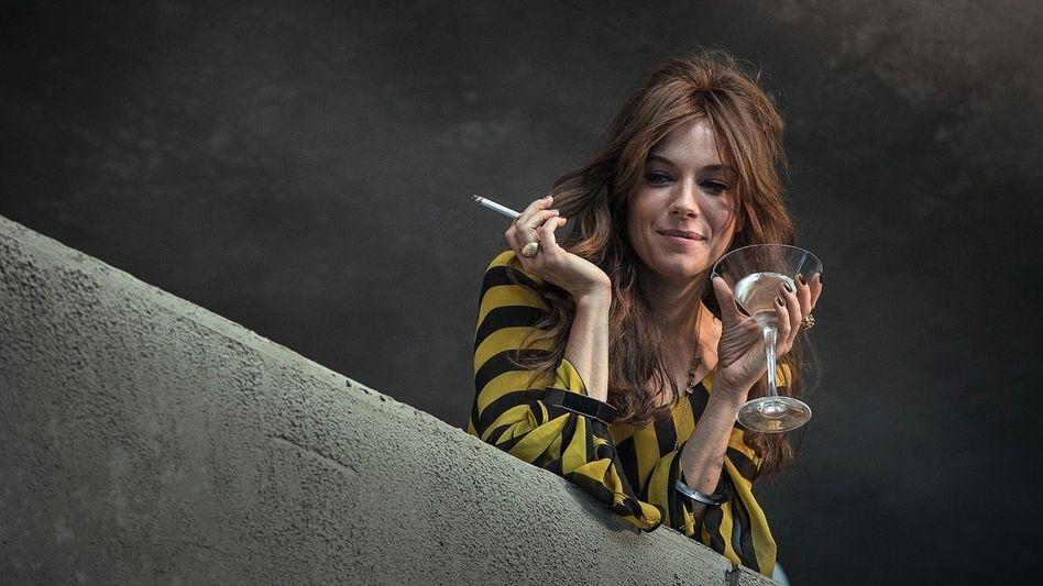 """HOME-COCKTAILING Den Balkon zur Bar machen – Sienna Miller machts vor im Film """"High Rise"""""""