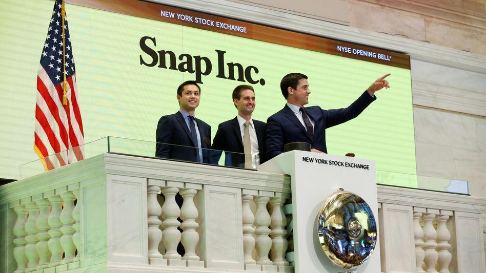 Da war die Welt noch in Ordnung: Snapchat-Gründer Evan Spiegel (Mitte) and Bobby Murphy (links) beim Börsengang im März dieses Jahres an der New Yorker Börse