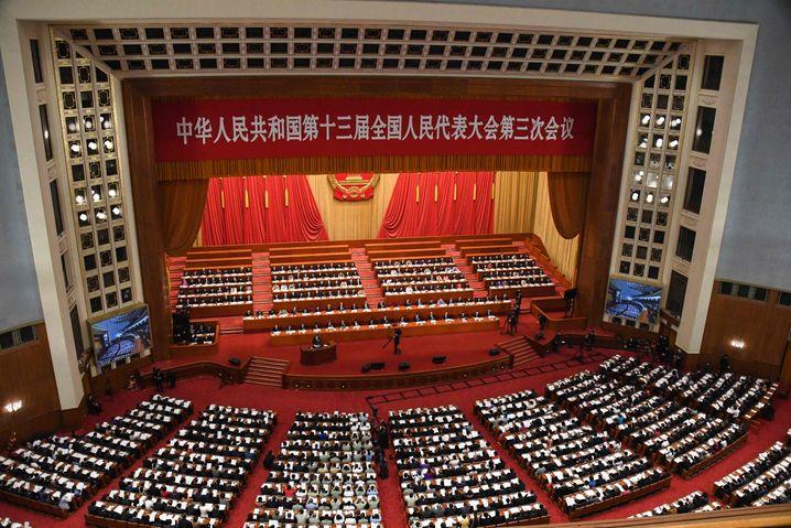 """""""Herausforderungen wie nie zuvor"""": Chinas Premier Li bei der Eröffnung des Volkskongresses - übrigens ohne Mundschutz."""