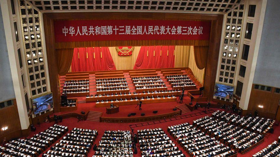 """Halle des Volkes in Peking: Der Volkskongress sollte zur """"Tankstelle der Zuversicht"""" werden - doch zum Auftakt überwiegt die Skepsis"""