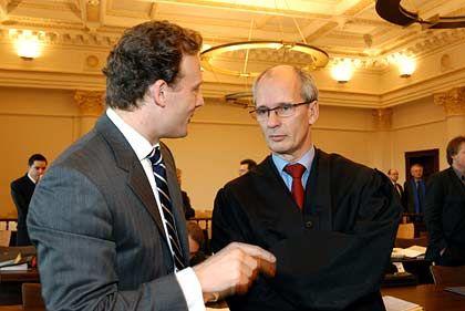Noch guter Dinge: Alexander Falk und Thomas Bliwier vor der Rede von Staatsanwalt Heyen