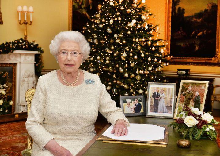 Alles da - Kamin, Baum, Familienfotos, Brosche: Die Queen bei ihrer Weihnachtsansprache im vorigen Jahr