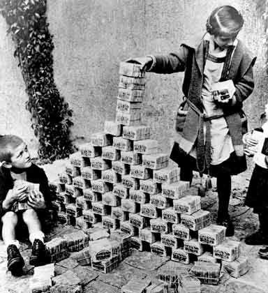 Nationales Trauma: Die deutsche Inflation 1922/1923 entwertete Papiergeld zu Kinderspielzeug. Weite Teile der Bevölkerung waren ruiniert. Radikale Gruppierungen gewannen Zulauf, Aufstände gegen hohe Lebensmittelpreise erschütterten die Städte.