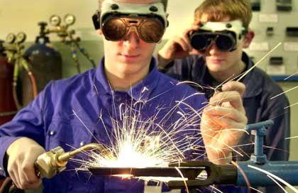 Keine Impulse für den Arbeitsmarkt: Lehrling in einem Metallverarbeitenden Betrieb