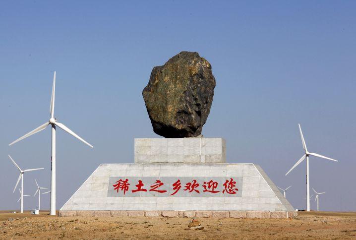 """Symbol der Stärke: China verfügt über große Vorkommen an Spezialmetallen wie Neodym. Sie werden die unter anderem für Elektromotoren benötigt. Die Stadt Damo in der Inneren Mongolei begrüßt Besucher mit dem Hinweis: """"Willkommen in der Region der Seltenen Erden"""""""