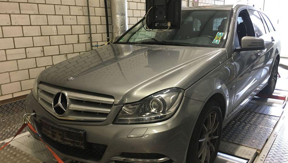 Abgastest der DUH: Eine Mercedes C-Klasse auf dem Rollenprüfstand in Bern