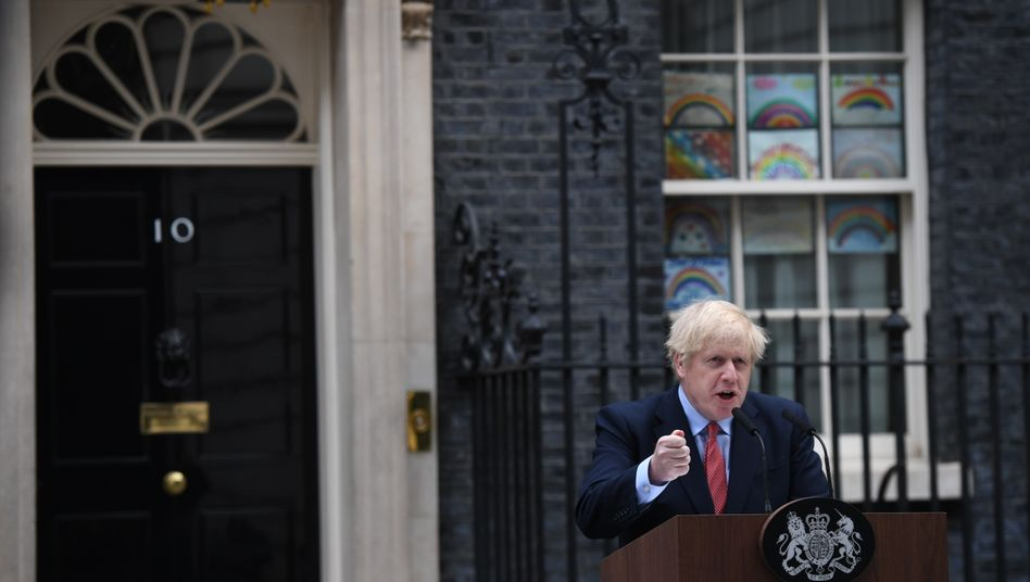 Boris Johnson vor seinem Amtssitz in London