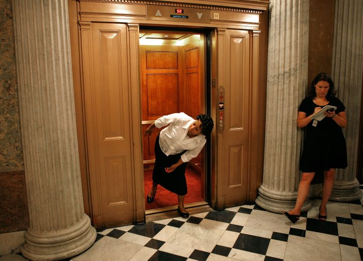 Aufzug im US-Senat: Jeder im Fahrstuhl weiß, dass nur Leute, die wirklich wahnwitzig viel zu tun haben, auch noch diesen Bruchteil einer Sekunde an Zeitverschwendung vermeiden müssen. Sie können nicht darauf warten, dass die Tür sich von alleine schließt.