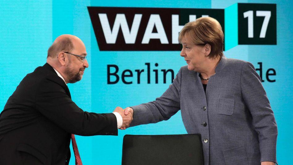 """Ob sie sich am Ende wieder die Hände reichen? Bundeskanzlerin Angela Merkel und SPD-Chef Martin Schulz wollen sich am Mittwoch mit den Fraktionsspitzen zu ersten Gesprächen treffen - """"ergebnisoffen"""", wie es heißt. Das kann dauern. Ob nun mit oder ohne SPD, viele Beobachter rechnen nicht vor März mit einer Regierungsbildung."""