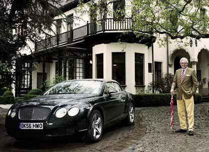 Hasso Nauck und der Bentley GTC vor der ehemaligen Familienvilla in Bremen