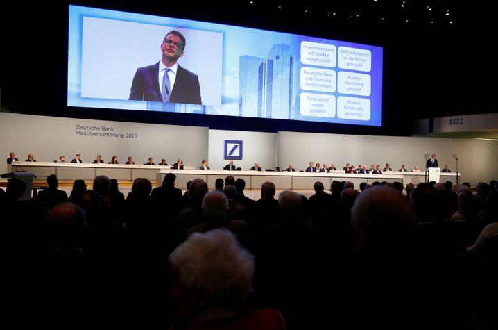 Blick aus dem Saal auf die Bühne der Hauptversammlung während Christian Sewings Rede