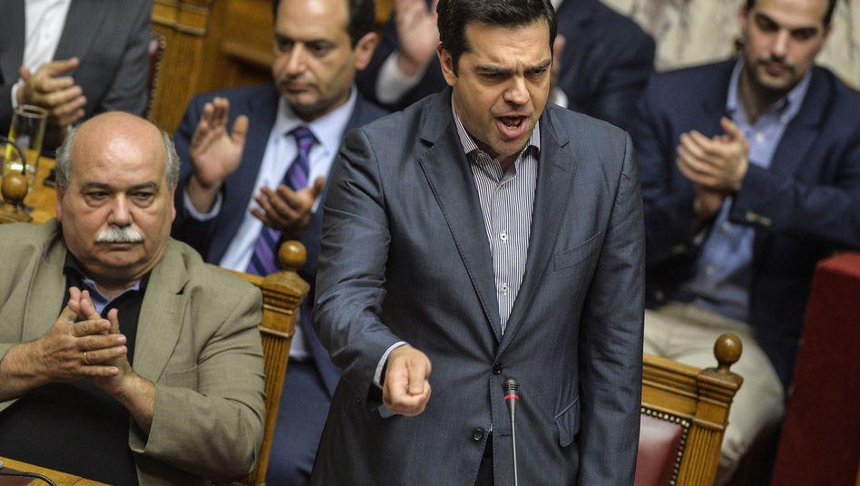 Alexis Tsipras im Parlament: Verhandlungsmandat dank der Stimmen der Opposition - die Regierungsmehrheit von 151 Stimmen hat Tsipras jedoch verloren. Nur 145 Abgeordnete aus dem eigenen Lager zogen mit