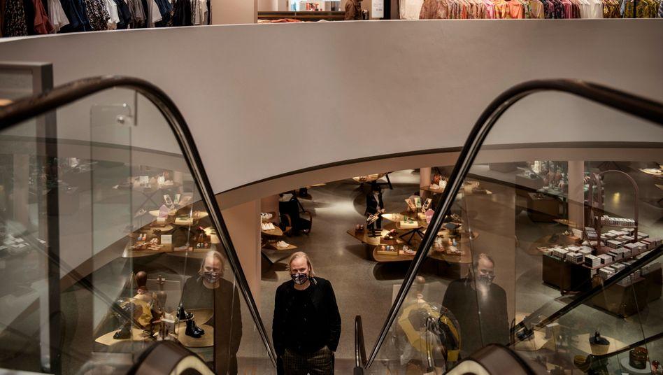 Rolltreppe nach oben: Ob die Kunden nach Ende der Pandemie wieder die Läden stürmen werden – hier ein Münchener Bekleidungsgeschäft –, ist kaum vorhersehbar.