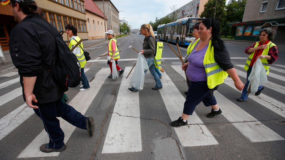 Müllsammler auf den Straßen von Debrecen: Nahe dieser Stadt, gut 240 km östlich von Budapest, will BMW eine Fabrik aufbauen. Große Teile der ungarischen Bevölkerung leben in Armut. Sie dürften den Investor BMW genauso begrüßen wie Ungarns ultrarechter Premier Viktor Orban