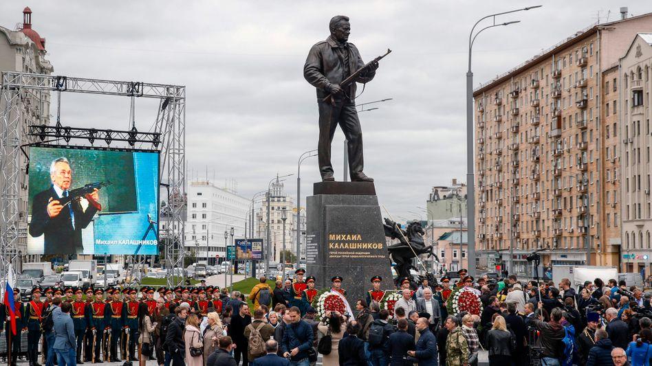 Gefeierter Sturmgewehrerfinder: Statue von Michail Kalaschnikow in Moskau