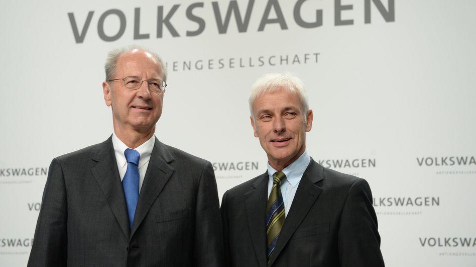 VW-Chef Matthias Müller (rechts), Chefaufseher Hans Dieter Pötsch: Topmanager wollen Boni, die Mitarbeiter Garantien für sichere Jobs