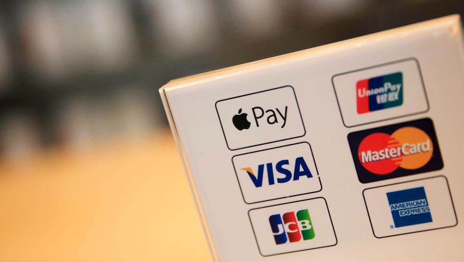 Apple-Pay-Logo (oben links) mit Symbolen anderer Kreditkartenanbieter